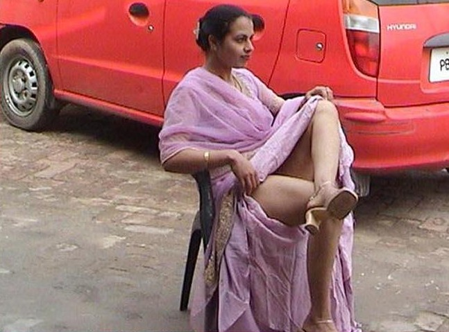 some of the hottest and sexiest desi aunty's » Aunty lifting saree